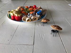 Monkey platter lunch voor kinderen mieren en wraps op vakjesbord