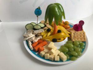 Monkey platter lunch voor kinderen palmboom en tropisch eiland op vakjesbord