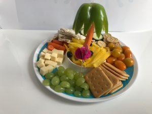 Monkey platter lunch voor kinderen palmboom en tropisch eiland op vakjesbord feestje