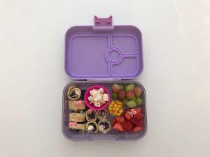 Gezonde tussendoortjes op school omeletrolletjes lunch Yumbox panino 4 vakken paars lila