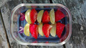 Tips pauzehap tienuurtje fruit spiesje druiven aardbei school kinderen De Leukste Lunch gezond fruit groente