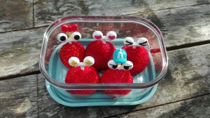 Tips pauzehap tienuurtje oogjes prikker aardbei school kind De Leukste Lunch gezond fruit groente
