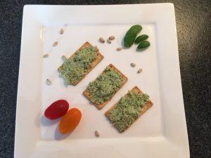 Zelfgemaakte kip pesto salade voor op brood lunch gezond beleg spread